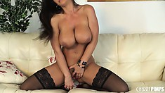Busty cougar Lisa Ann knows how to put on truly awesome solo sex shows